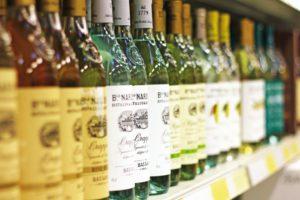 Italienischer Wein im Regal