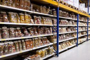italienische Nudelprodukte im Regal