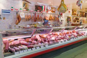 Fleischtheke im italienischen Supermarkt