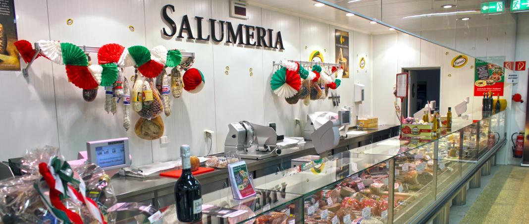 Salumeria mit Fleisch und Käse aus Italien